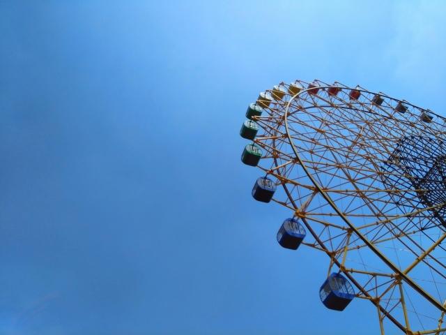 伊勢崎市-(伊勢崎市華蔵寺公園遊園地)観覧車と青空