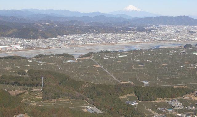 (牧之原市-富士山静岡空港)静岡空港付近の茶畑上空