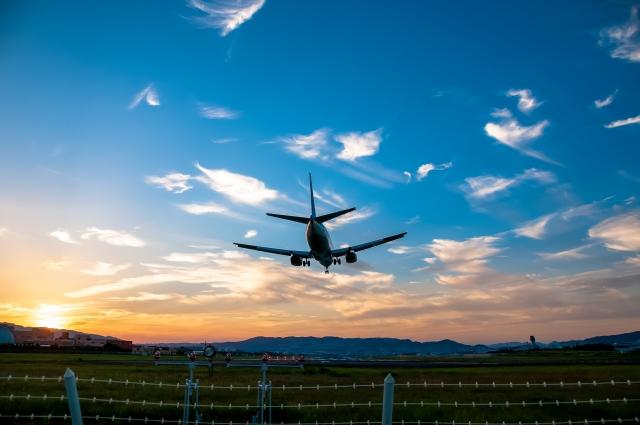 豊中市-(大阪空港)着陸する飛行機(夕景)1