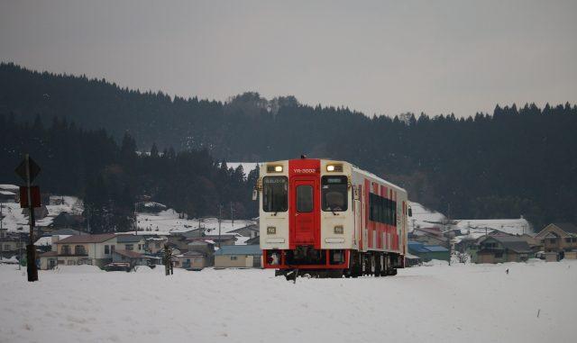 (由利本荘市)由利高原鉄道-雪の中を走る列車