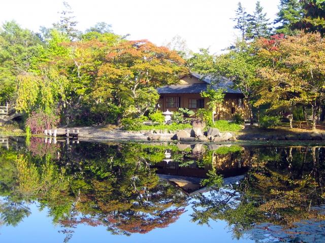 (岩見沢市)玉泉館跡地公園-初秋の日本庭園と茶室02