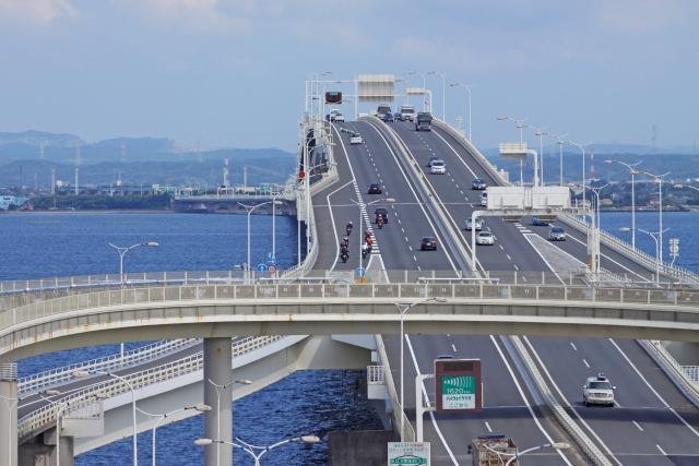 川崎ー夏の東京湾アクアライン、海ほたるから木更津方面を望むと走る車がゆっくり!