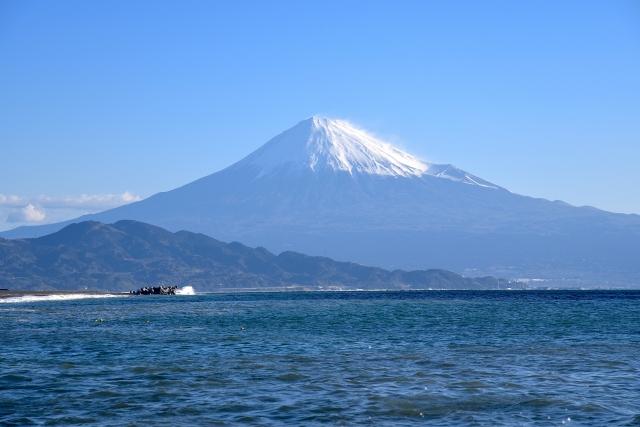 静岡-三保の松原から望む駿河湾越しの富士山