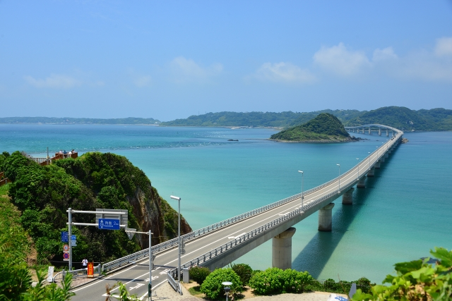 山口(県)-夏のエメラルドグリーンの海と角島大橋
