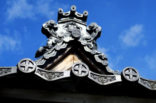 (高浜市‐三州瓦イメージ)鬼瓦‐鬼瓦と青空